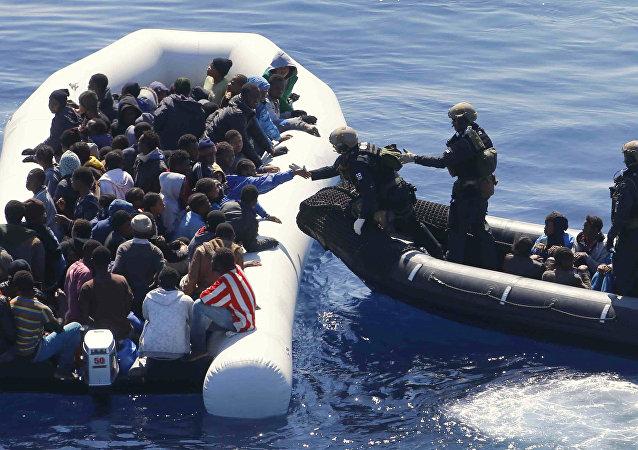 Inmigrantes en una lancha en el Mediterráneo (imagen referencial)