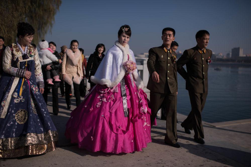 Los recién casados, en un paseo paralelo al río Taedong, en Pyongyang