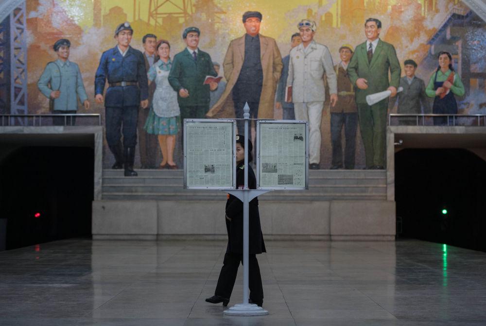 Un mural con la imagen de Kim Il-sung en el metro de Pyongyang