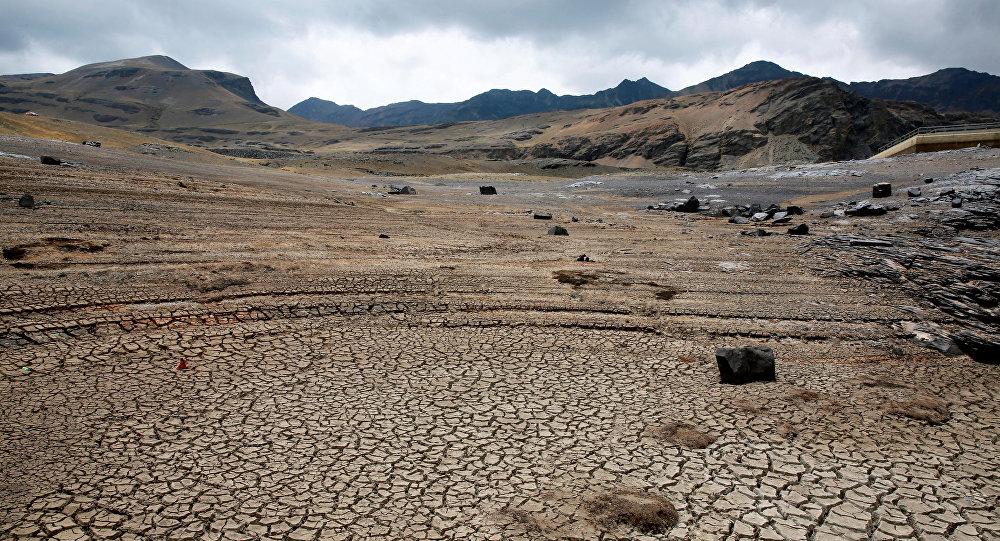 Vista de un reservorio de agua seco cerca de La Paz, Bolivia