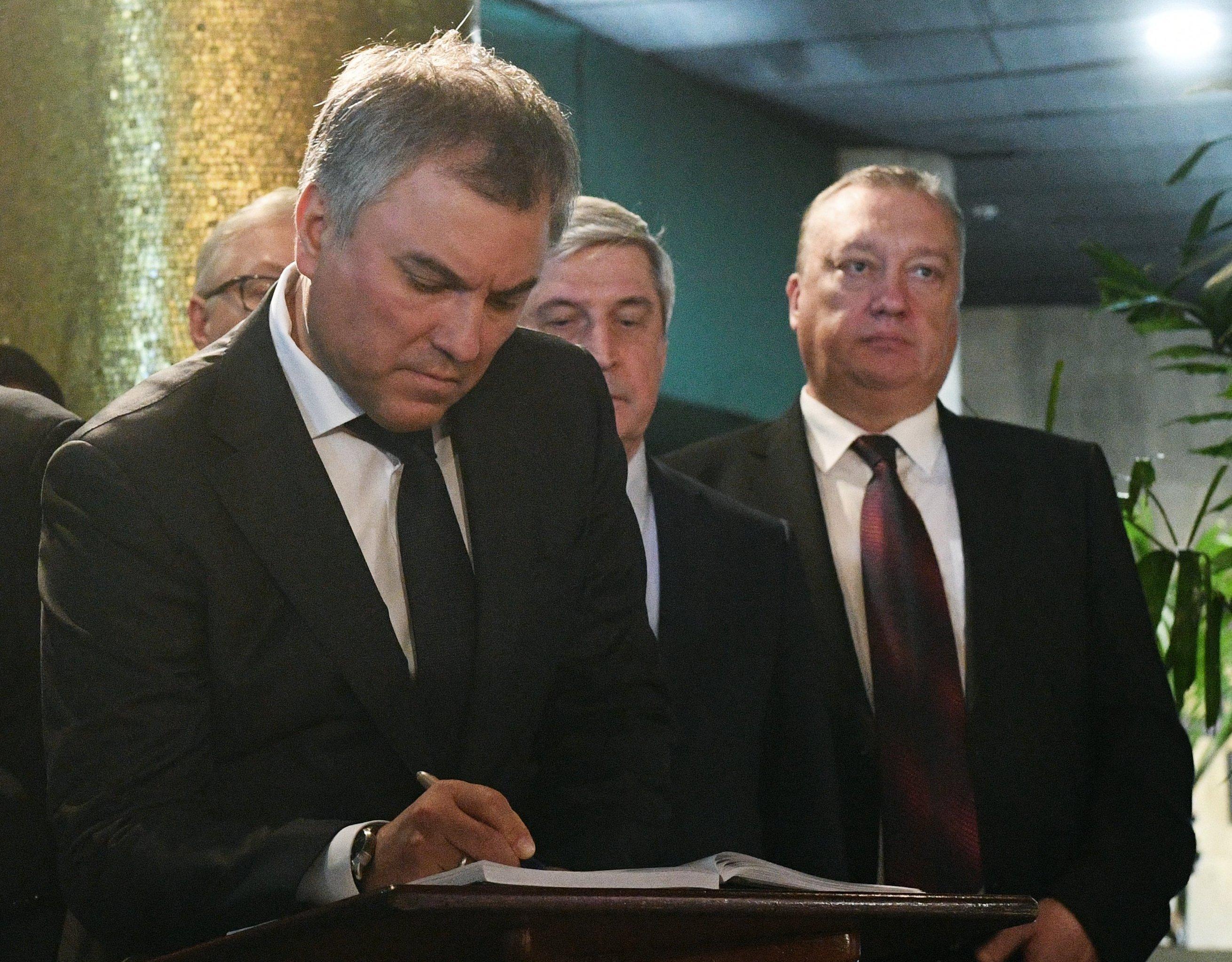 Volodin deja su nota en el Libro de Condolencias