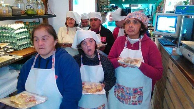 Las personas con discapacidades que llegan para ayudar al local de Fernando Ríos