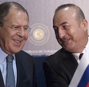 Serguéi Lavrov, canciller ruso, con su homólogo turco, Mevlut Cavusoglu