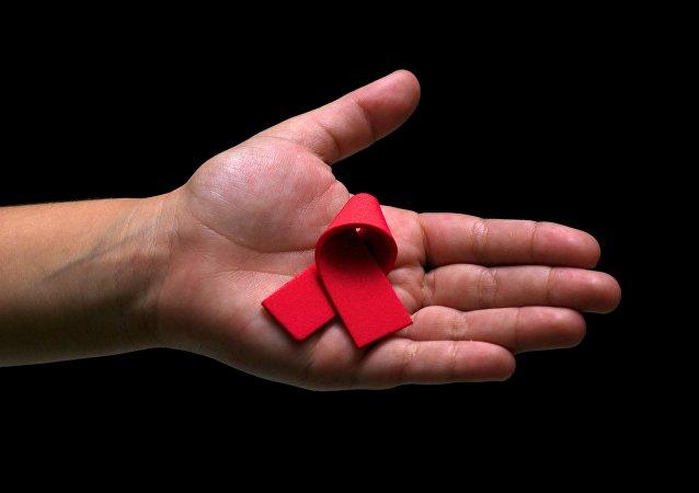 El lazo rojo, símbolo de la lucha contra el VIH y el sida (archivo)