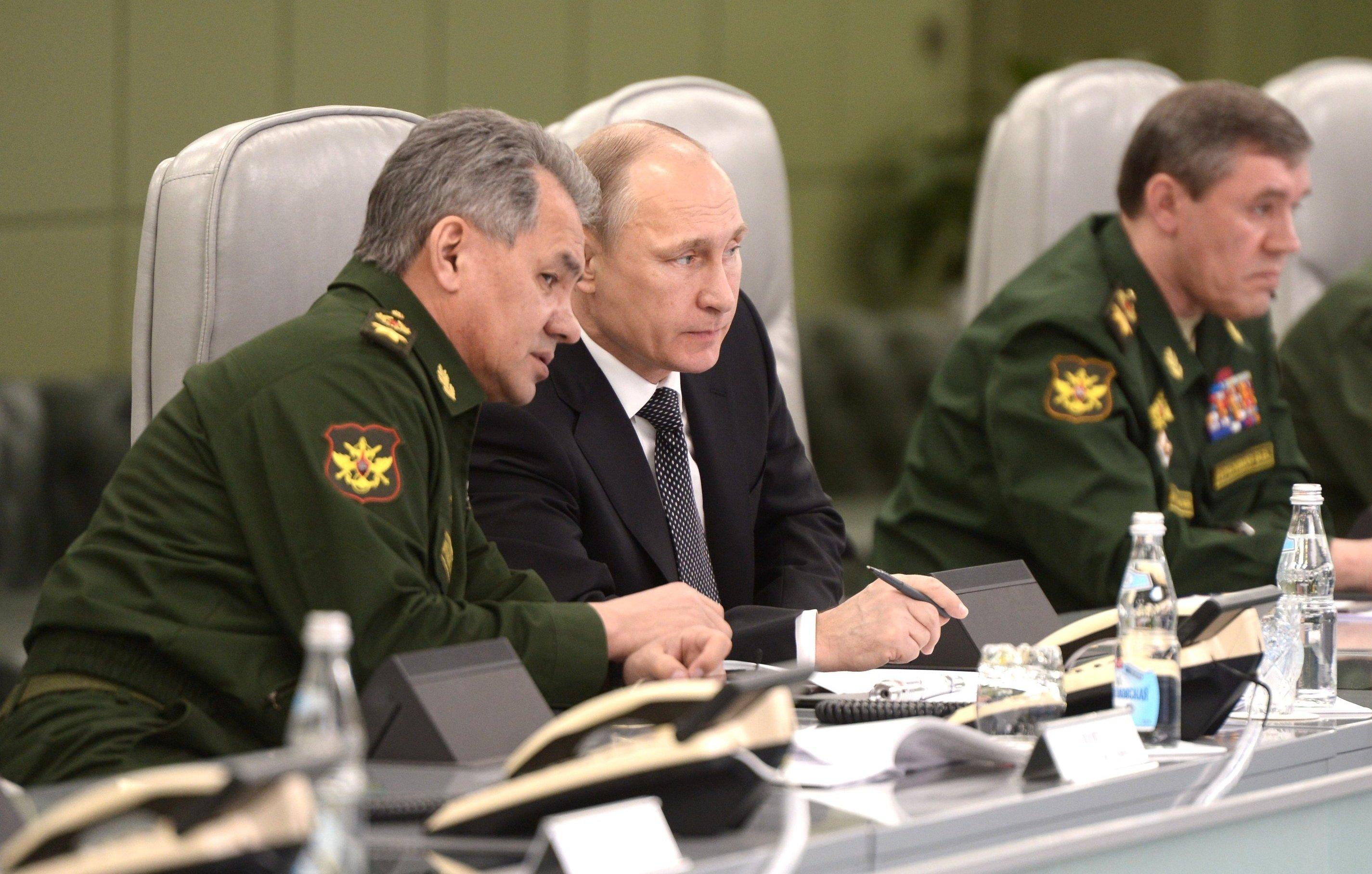 Vladímir Putin, presidente de Rusia, (drcha.) y Serguéi Shoigú, ministro de Defensa ruso, (izda.) en el Centro de Control de Defensa