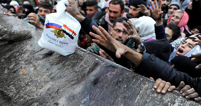 Sirios evacuados de Alepo reciben ayuda humanitaria (archivo)