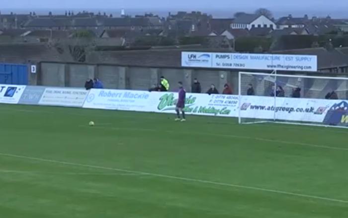 Impacto directo: un pájaro recibe un pelotazo durante un partido de fútbol