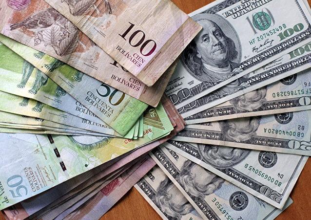 Bolívares venezolanos y dólares americanos (archivo)