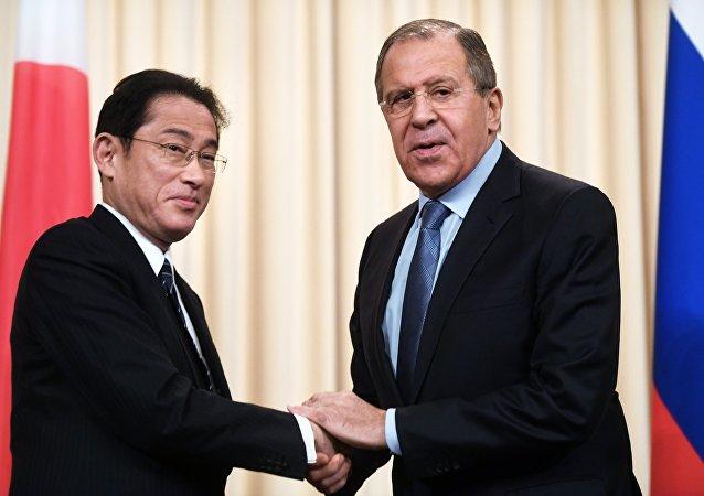Fumio Kishida, ministro de Exteriores de Japón y su homólogo ruso, Seguéi Lavrov
