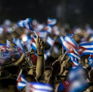La gente con las banderas de Cuba
