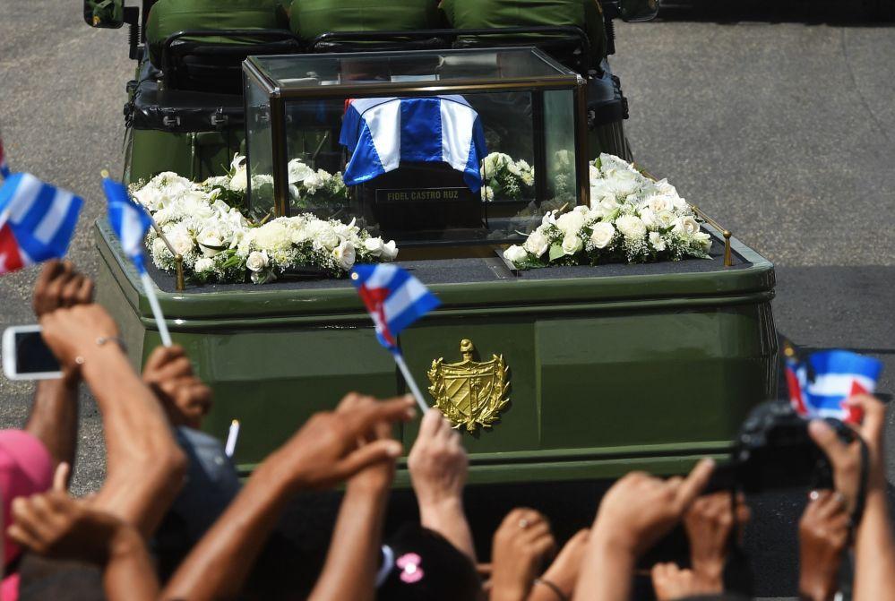 El automóvil con las cenizas del comandante Fidel Castro arriba a la ciudad de Santiago de Cuba