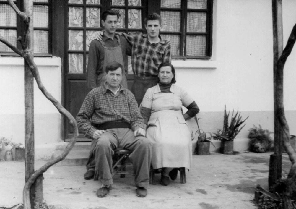 Vladimir Roslik junto a sus padres y su hermano