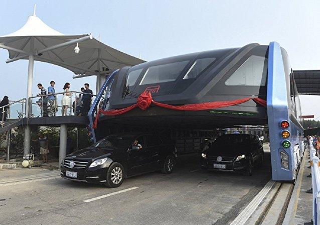 'El autobús del futuro'—TEB (Transit Elevated Bus, en inglés)