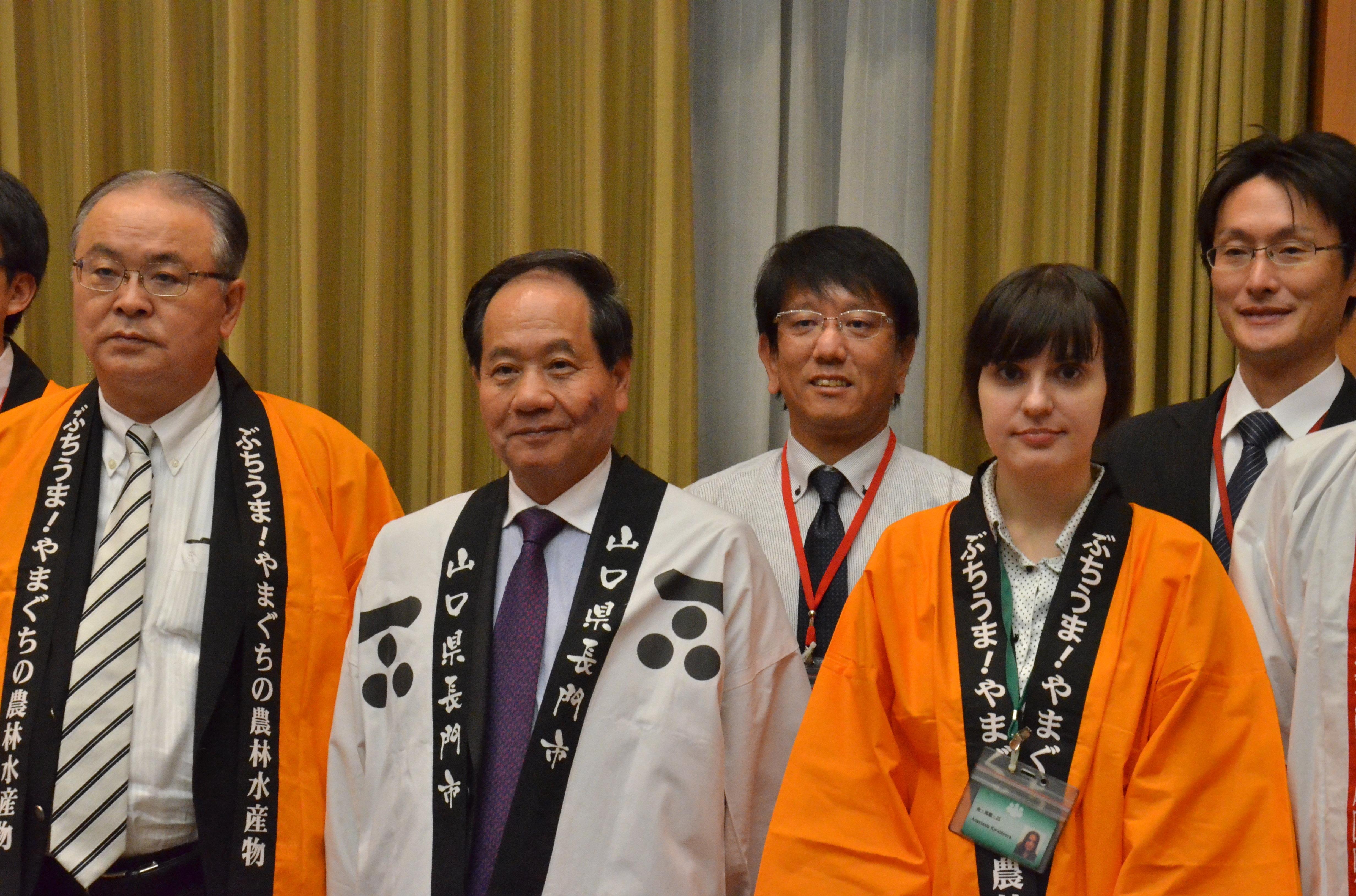 Kurao Onishi y los miembros de su delegación en una recepción en la Embajada de Japón en Moscú