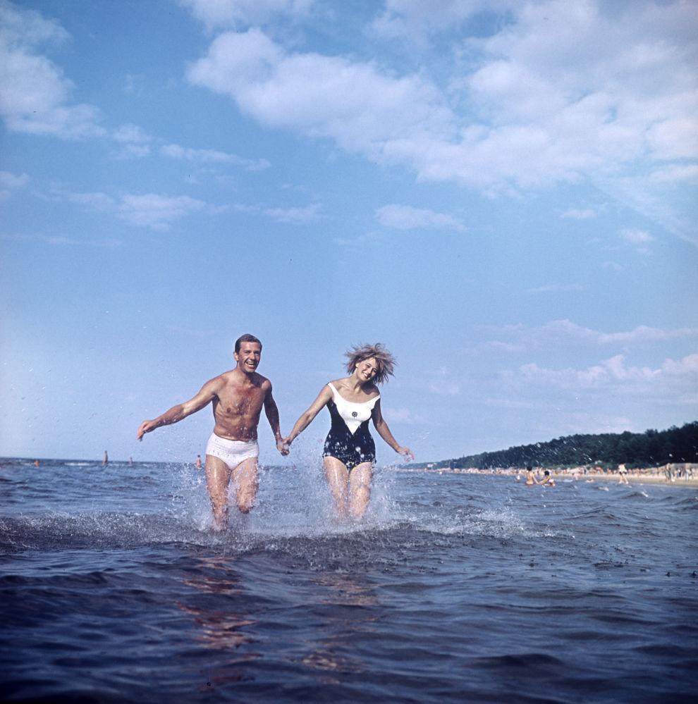 Una pareja en la playa de Riga. República Socialista Soviética de Letonia, 1966