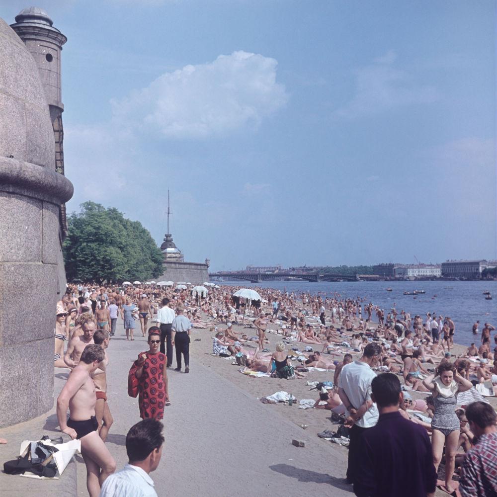 La playa cerca de la Fortaleza de San Pedro y San Pablo. Leningrado, RSFS de Rusia, 1966