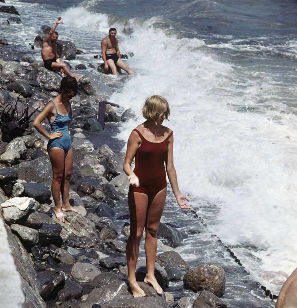 La gente en la playa de Yalta. Crimea, 1966