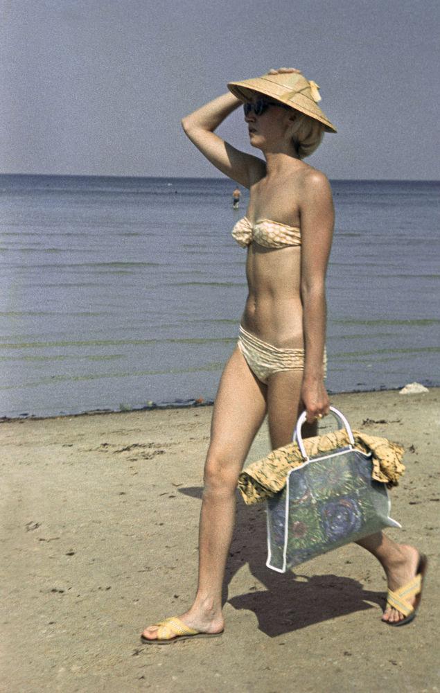 En una playa, 1967