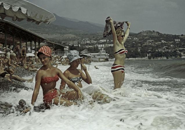 Las mujeres soviéticas en la playa de Crimea (archivo)