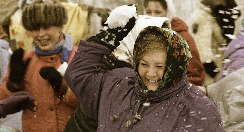 Mujer juega con la nieve