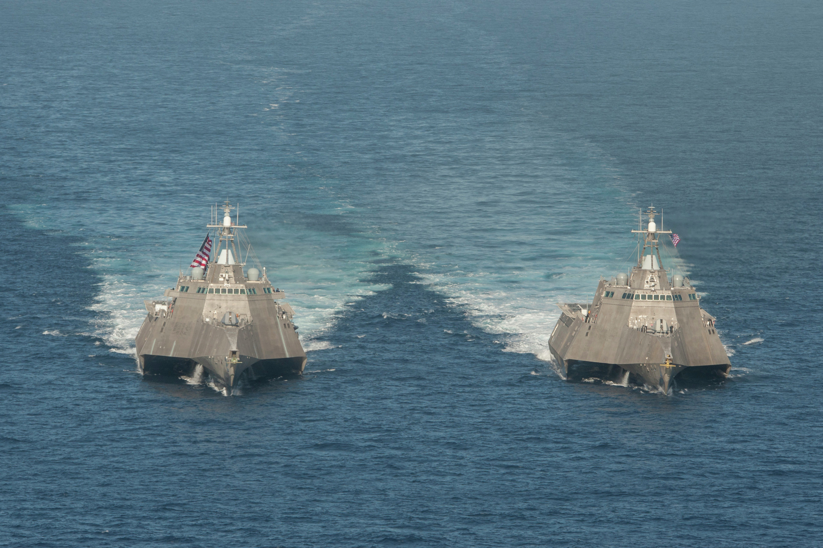 Buques de combate litoral estadounidenses USS Independence (LCS 2), izda., y USS Coronado (LCS 4), drcha.