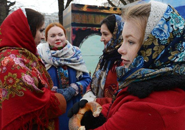 Mujeres en trajes típicos de la antigua Rusia
