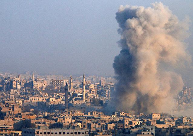Una columna de humo se alza en Alepo
