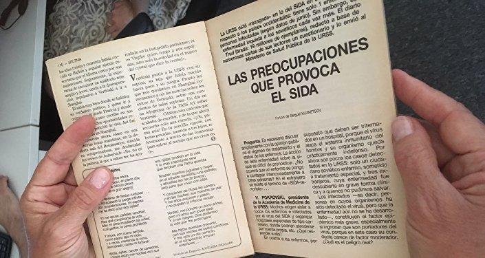 Lectora con la revista Sputnik