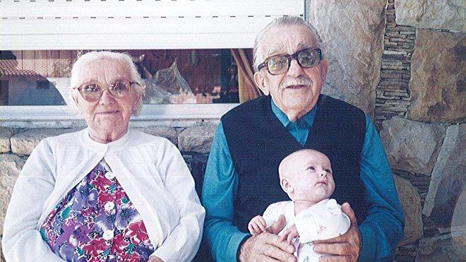 Bárbara y Esteban Strapko con su bisnieta en Mar del Plata en 1994