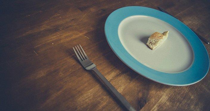 Un plato con un pedazo de pan (imagen referencial)