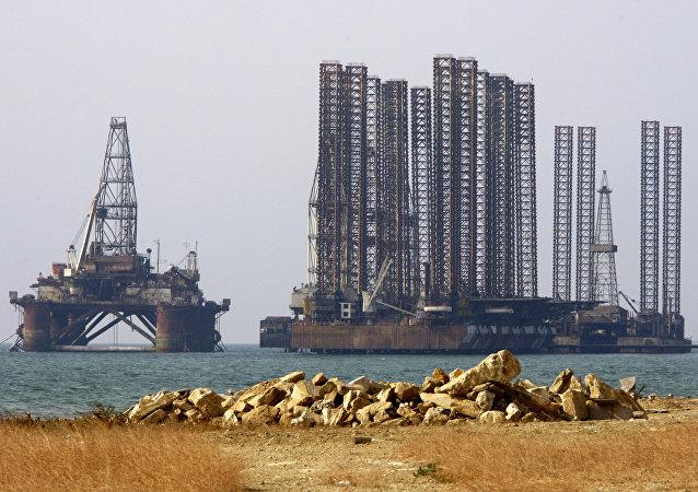 Una plataforma petrolífera en el mar Caspio