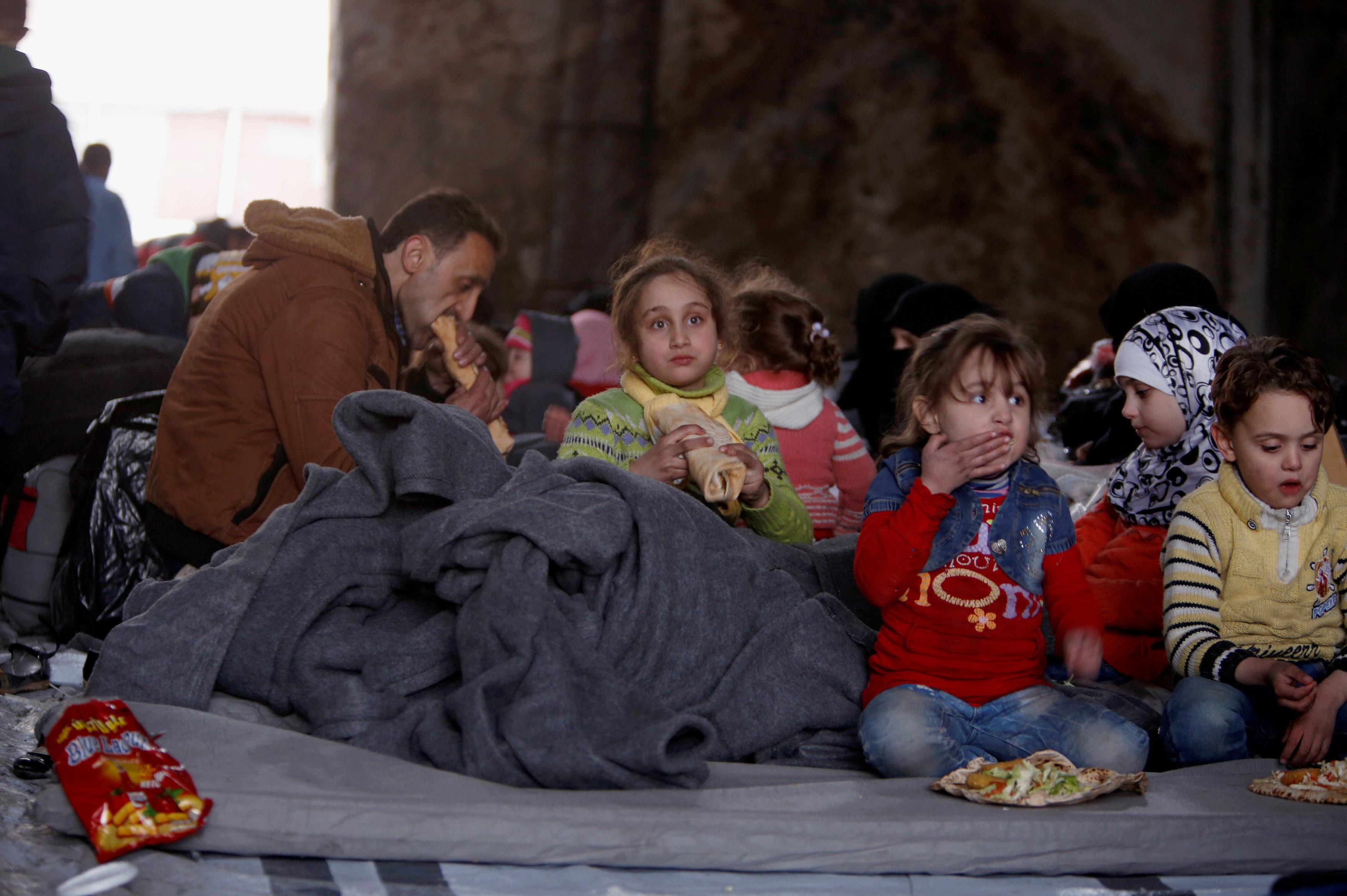 Familias evacuadas de las zonas controladas por los radicales en Alepo en campamentos temporales del barrio de Jibreen, controlado por el Gobierno, 30 de noviembre de 2016