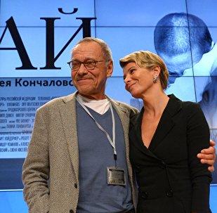 Andréi Konchalovski, cineasta ruso, con su esposa