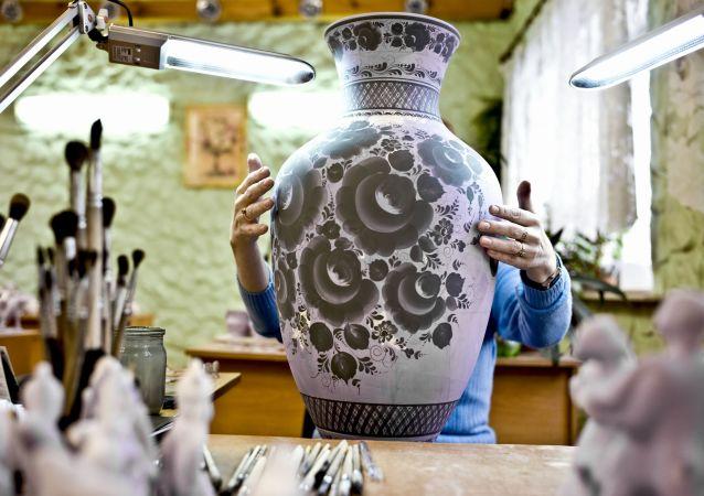 Así se produce la conocida cerámica rusa de Gzhel
