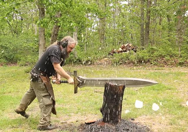 El irlandés Mike Craughwell ha logrado convertir su insólita obsesión con las espadas gigantes en una manera de ganarse la vida