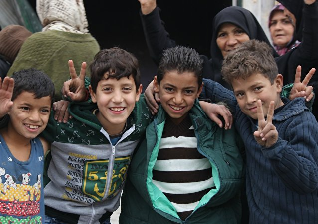 Niños que celebran la liberación en Hanano, este de Alepo