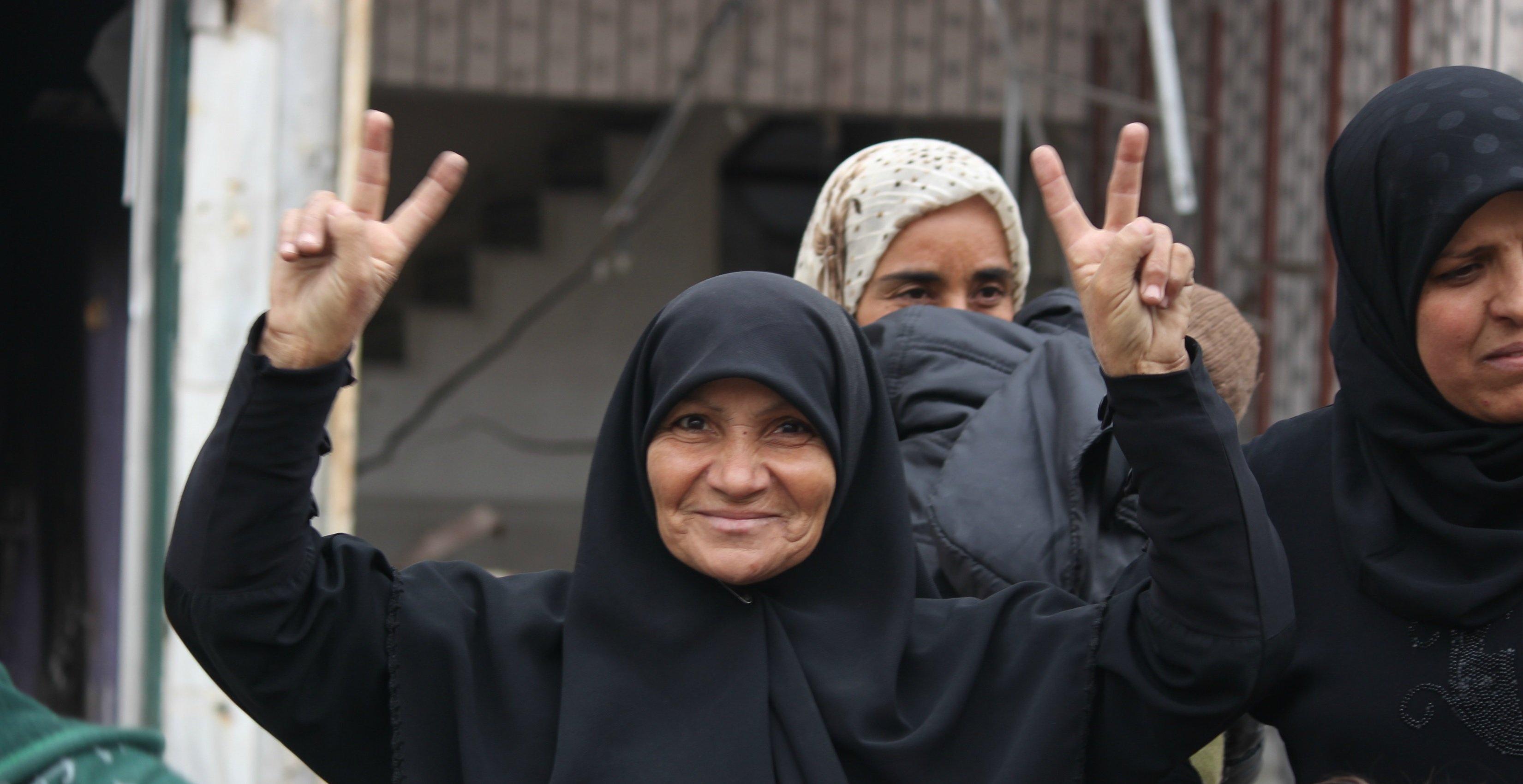 Una mujer celebra la liberación de Hanano.
