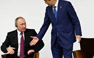 Vladímir Putin, presidente de Rusia, y Shinzo Abe, primer ministro de Japón durante la reunión en Tokio el 16 de diciembre