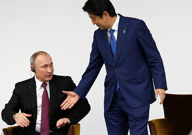 Presidente de Rusia, Vladímir Putin, y primer ministro de Japón, Shinzo Abe (archivo)