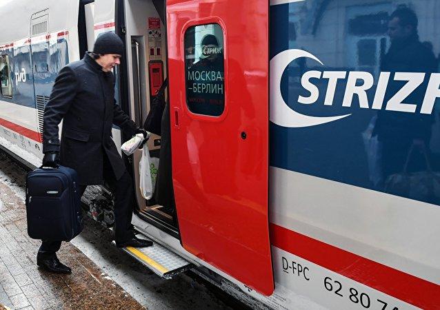El primer tren Strizh (Vencejo)