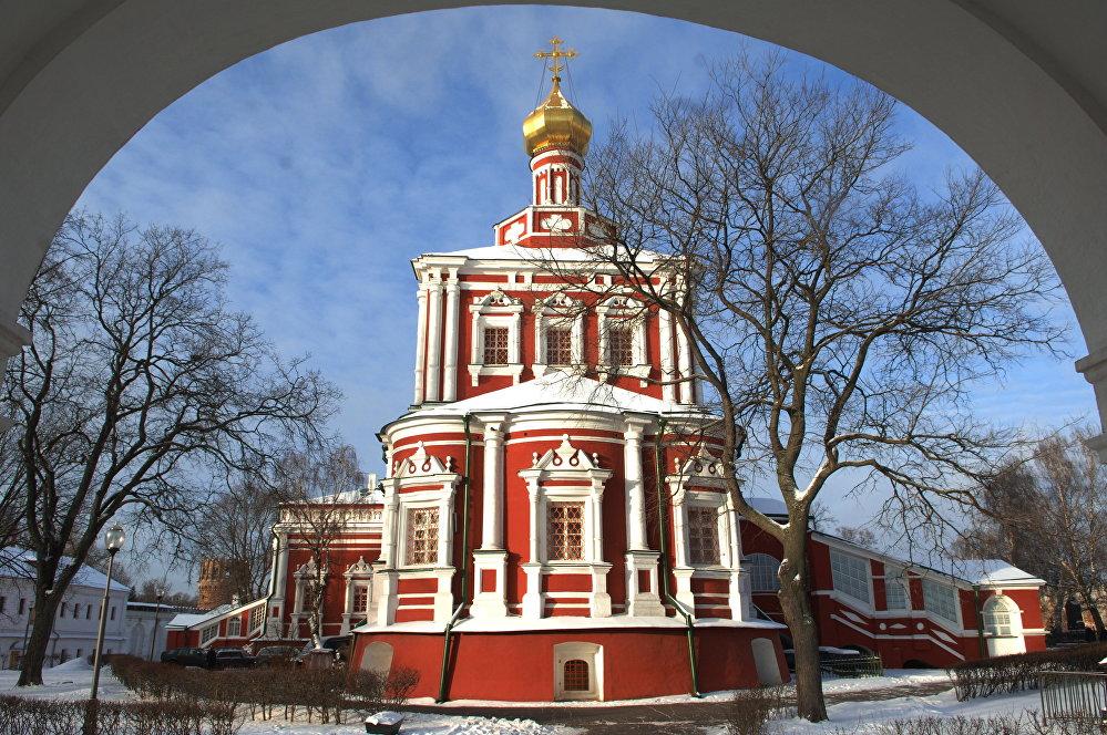 El templo de la Dormición de la Virgen María en el Monasterio de Novodévichi.