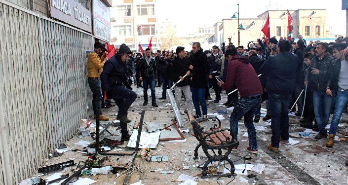 Protesta delante de la sede del prokurdo Partido Democrático Popular (HDP) de Turquía