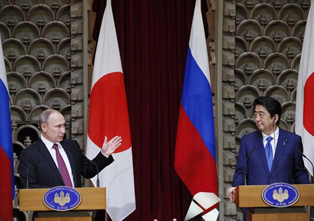 Vladímir Putin, presidente de Rusia y Shinzo Abe, primer ministro de Japón (archivo)