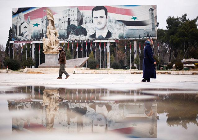 Un cartel con la imagen del presidente sirio, Bashar Asad, en Alepo