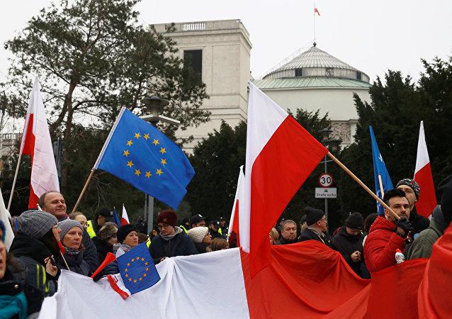 Los manifestantes en Varsovia