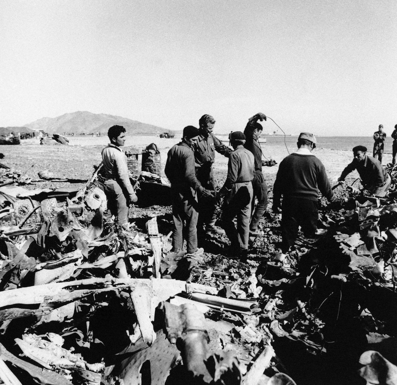 Españoles y estadounidenses trabajan en el lugar del accidente de dos aviones en Palomares