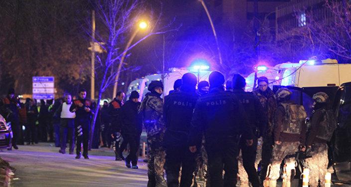 Los oficiales de la policía turca frente al Centro de Arte Contemporáneo donde fue asesinado el embajador ruso en Turquía