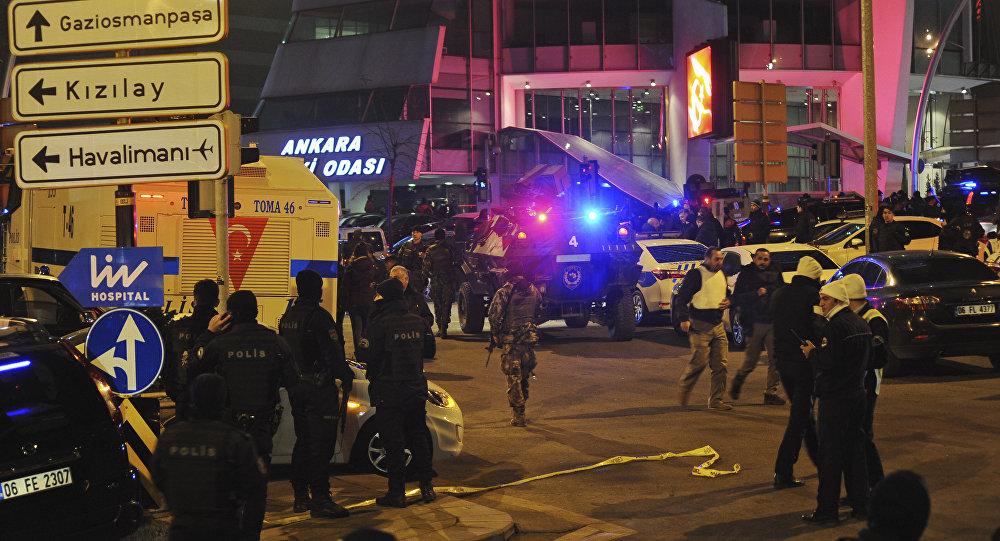 Los oficiales de la policía turca acordonan el área del asesinato del embajador ruso en Ankara