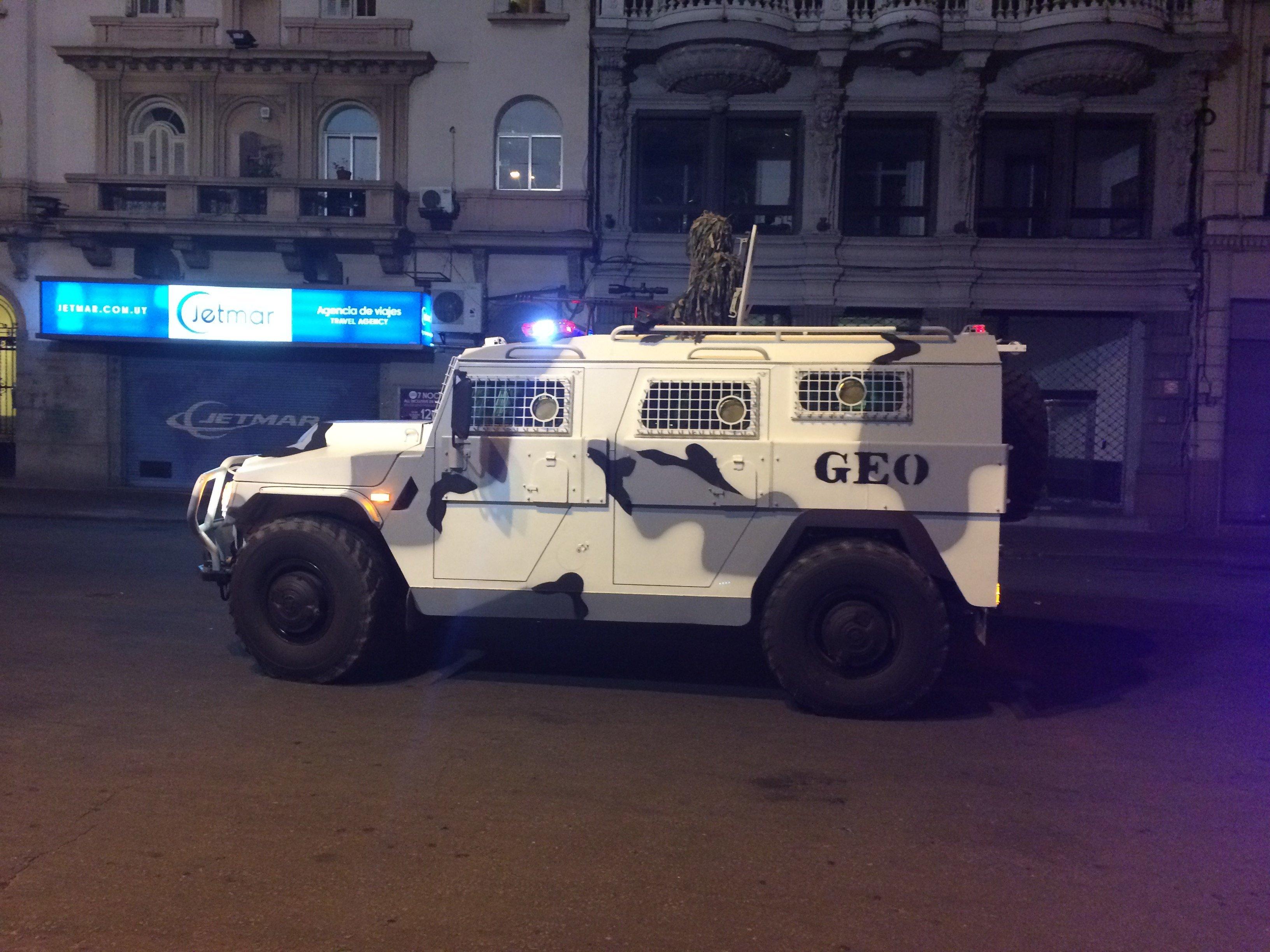 Camión Tigr de origen ruso desfila en Montevideo en el acto conmemoración del día de la Policía Nacional