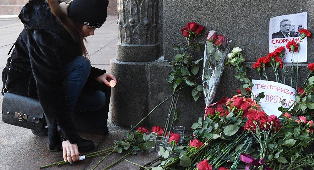 Moscovitas dejan flores y velas al Ministerio de Asuntos Exteriores de Rusia para rendir homenaje al embajador Kárlov